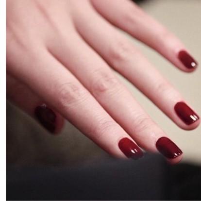 Βουργουνδί νύχια: Τα πιο εορταστικά βερνίκια για κάθε χρώμα δέρματος