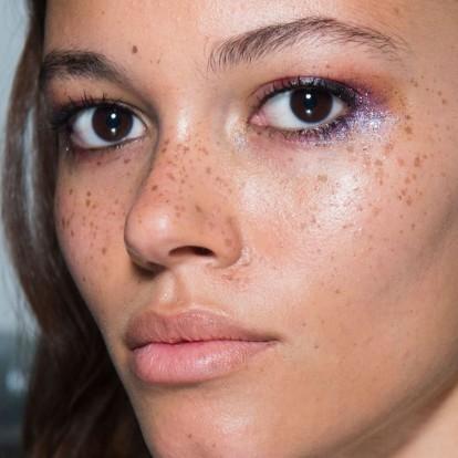 Glitter eyes: Διακριτικοί τρόποι να φορέσετε το πιο λαμπερό eye look